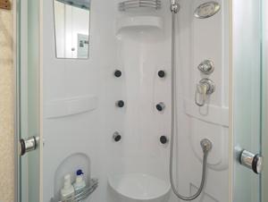 シャワーブースの中